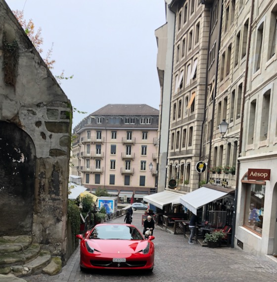 Ferrari in der Genfer Altstadt