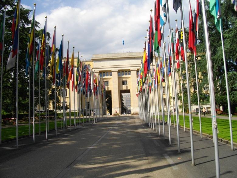 Völkerbundpalast mit Flaggenallee in Genf