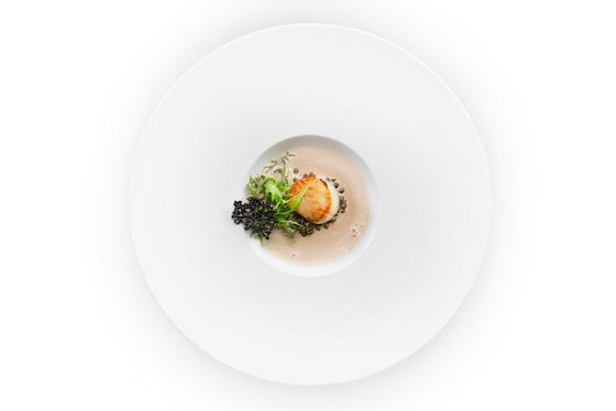 Ein Gourmetteller aus der Küche des Le Chat-Botté, dem französischen Restaurant des Hotels Beau-Rivage in Genf