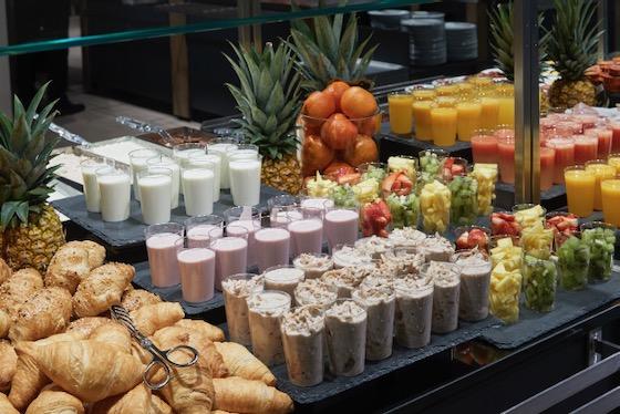 Frühstücksbuffet mit Müsli, Joghurt, Croissants und Orangensaft