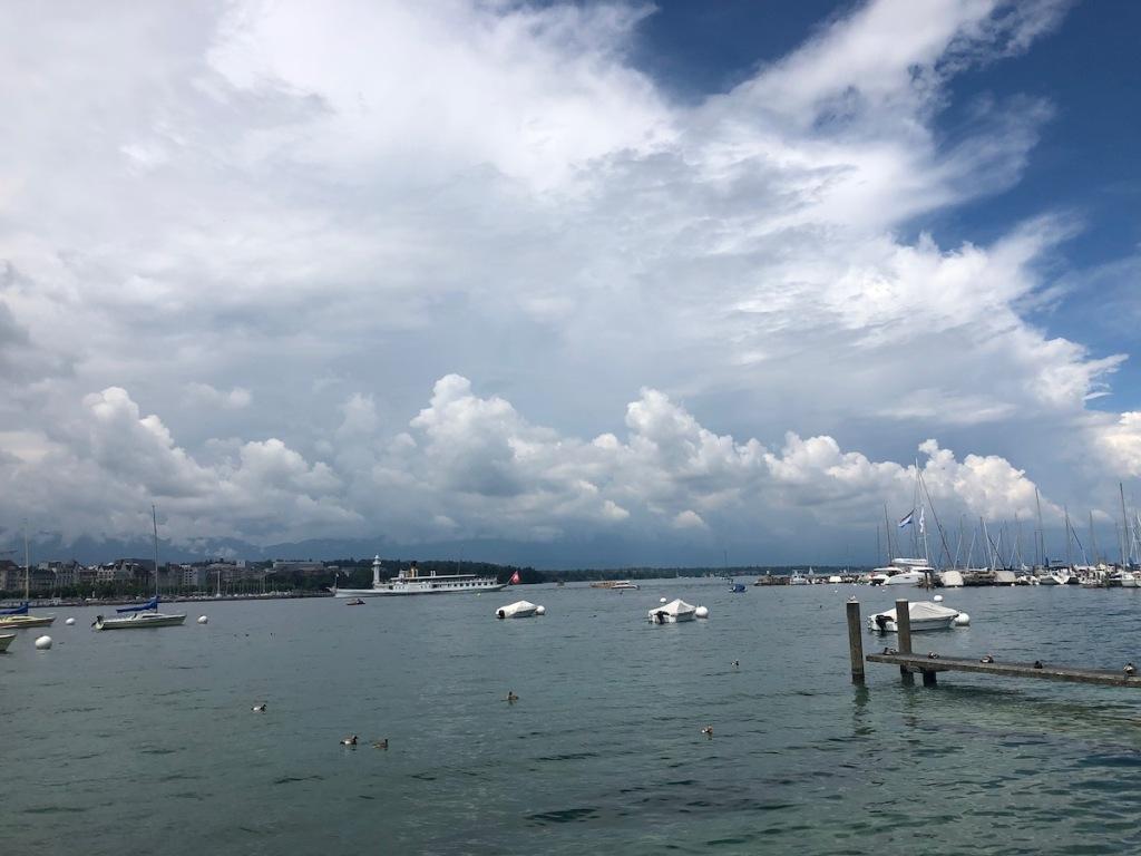 Genfer See mit Schaufelraddampfer vor aufziehendem Gewitter