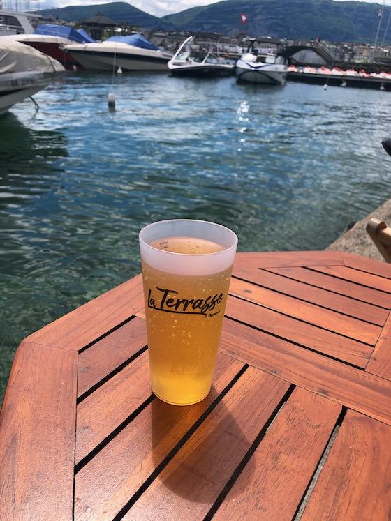 Ein Glas eiskalter Apfelschorle im La Terrasse