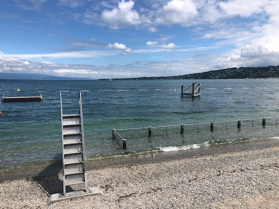 Am Strand des Bains des Paquis in Genf