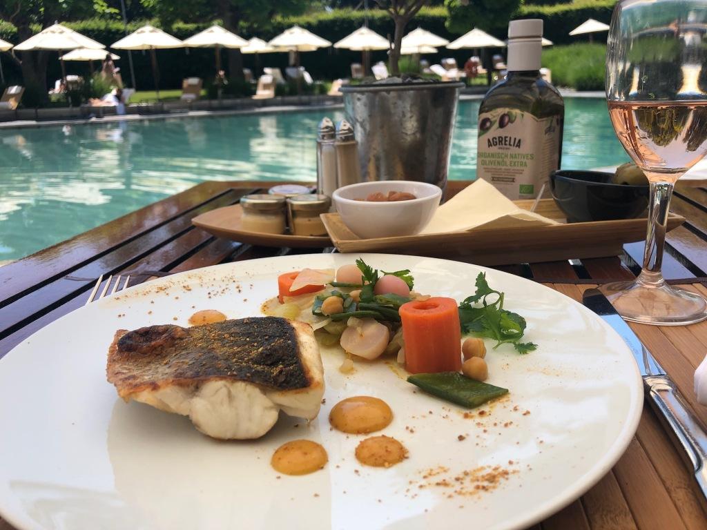 Gegrillter Fisch mit Tangine im Poolside Restaurant des Hotels Intercontinental